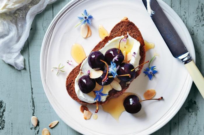 tostada de pan integral con crema de queso, cerezas y almendras, aperitivos espectaculares y faciles y desayunos originales