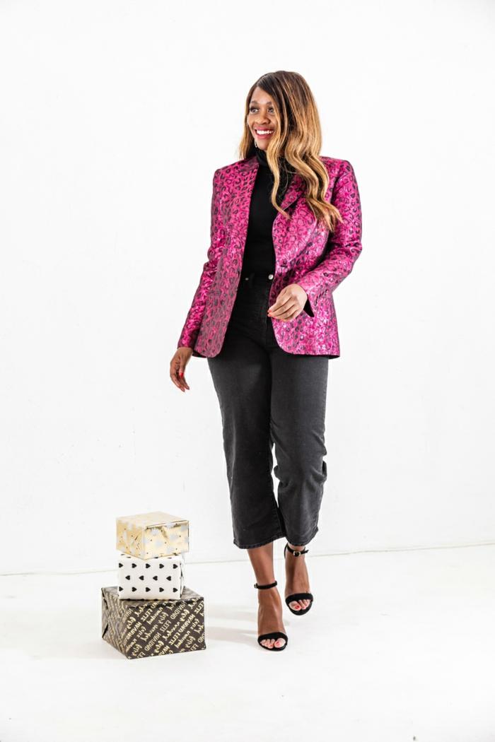 pantalón negro elegante, chaqueta en color rosa con estampado animal, mujer pelo suelto con mechas más claras