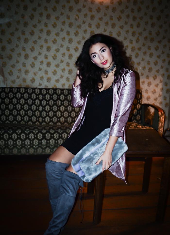 qué accesorios escoger para un vestido mini color negro, chaqueta larga en color rosado brillante y botas largas en gris