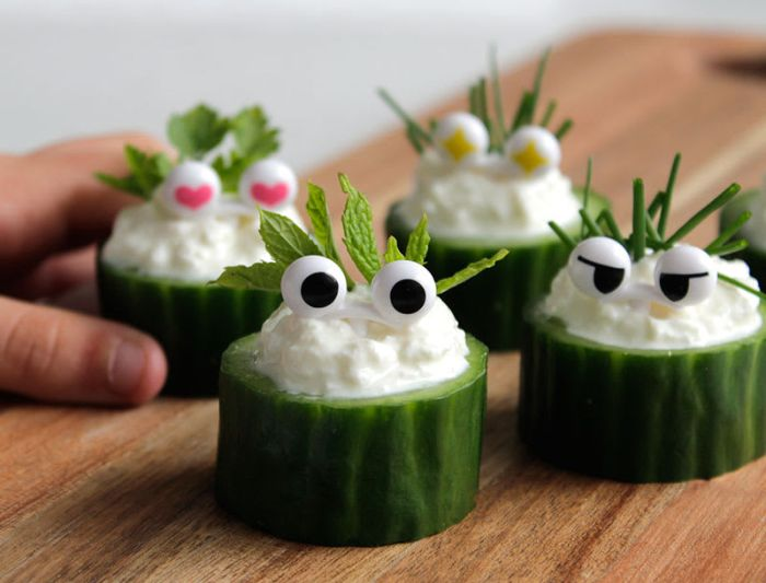 trozos de pepinos con yogur decorados, canapés fáciles y rápidos, ideas de entrantes saludables para niños y adultos