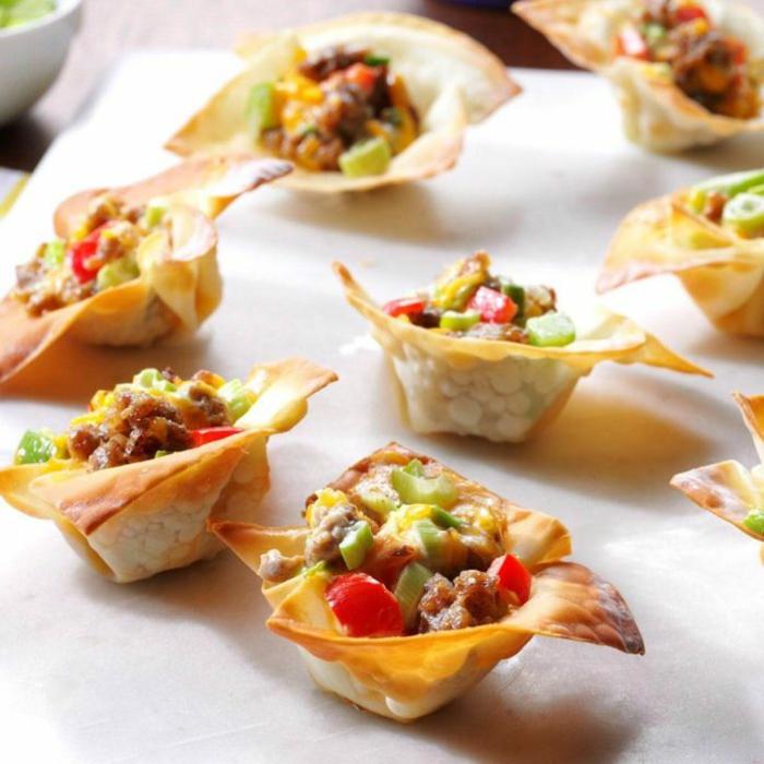 tartaletas con salchicas y vegetales en forma de estrella, originales ideas de entrantes para una fiesta con amigos