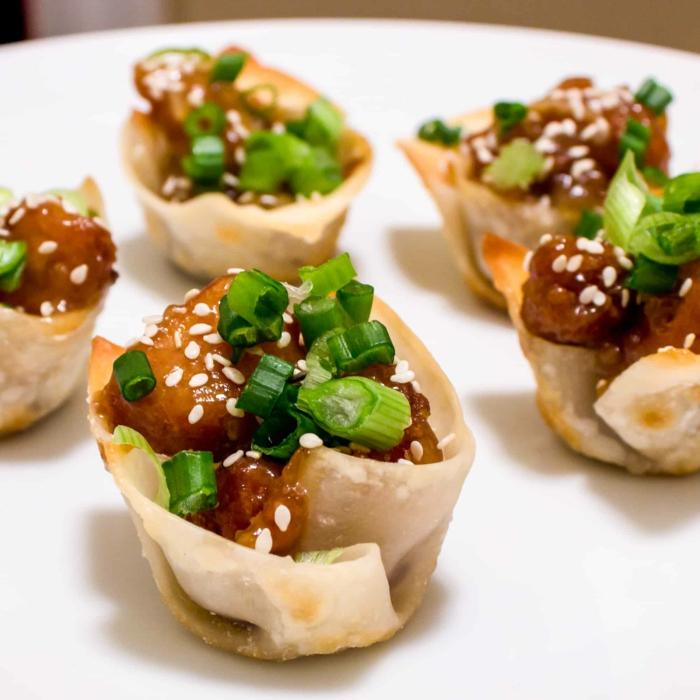 peque;as copas de wonton con pollo en salsa agridulce con semillas de sesame y cebollino verde, originales ideas de comidas