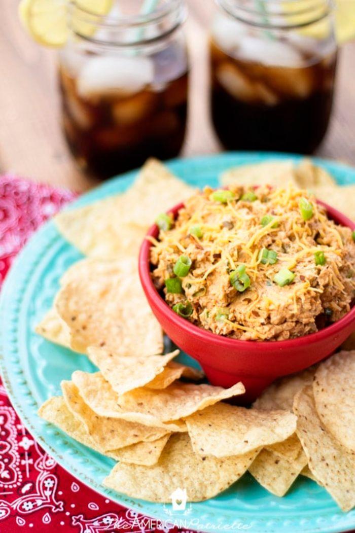 las mejores ideas de aperitivos para cumpleaños para una fiesta en casa, dip con atún y nachos, originales ideas para picoteo