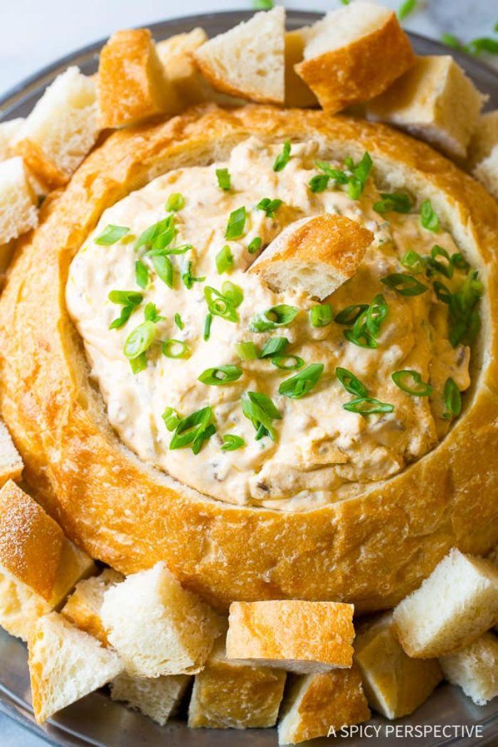 pan lleno de dip de salchichas y queso, aperitivos elegantes para toda la familia, propuestas de comidas para fiestas en casa