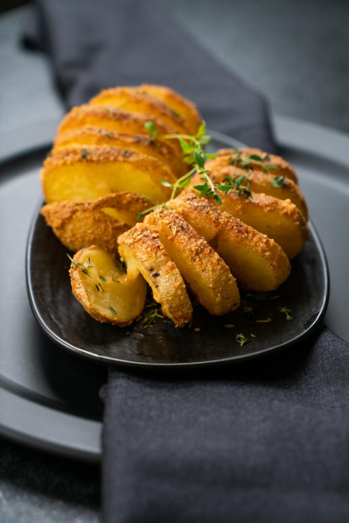 como preparar papas hasselback ricas y fáciles de hacer, fotos de recetas de entrantes ricos con patatas, ideas de recetas
