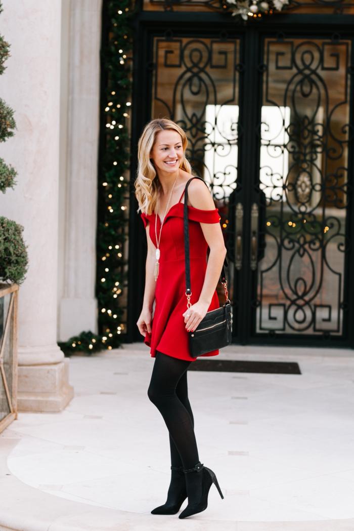 vestido mini en color rojo brillante, tacones altos negros y bolso negro estilo casual, ideas glamurosas de outfit nochevieja