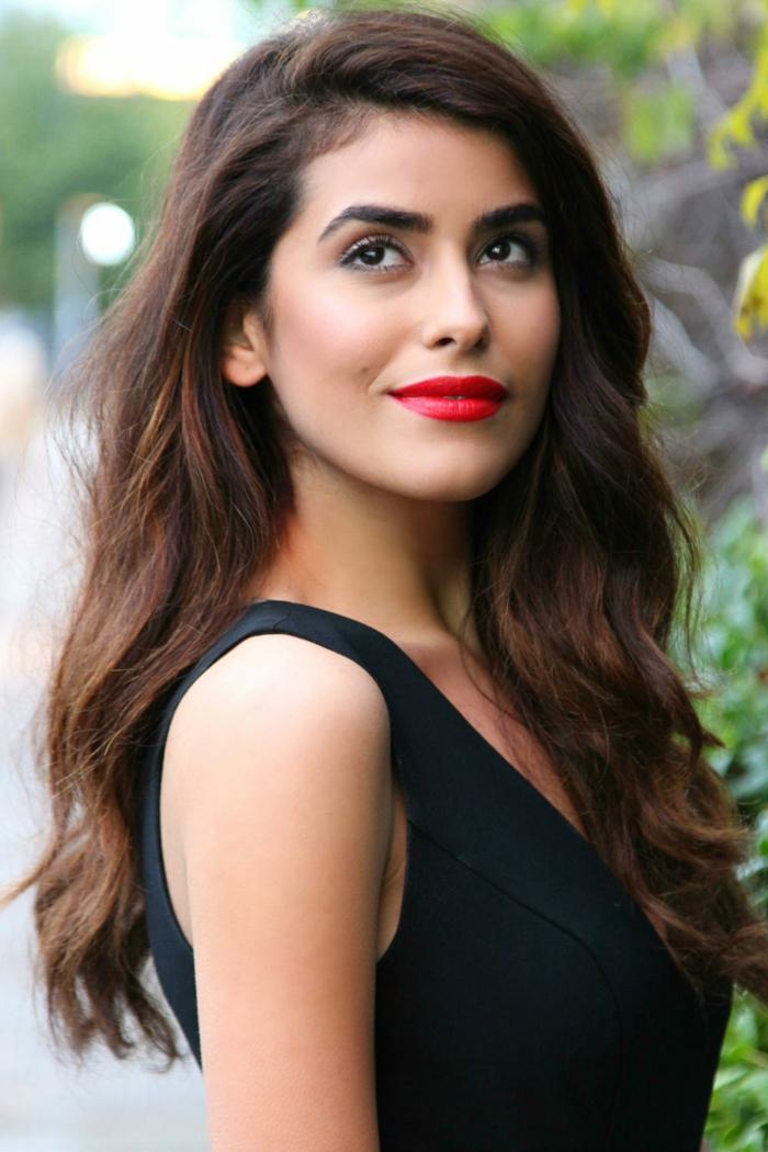 vestido negro clásico combinado con labios en color rojo brillante, outfit nochevieja clásico y elegante, fotos de ideas para look Nochevieja