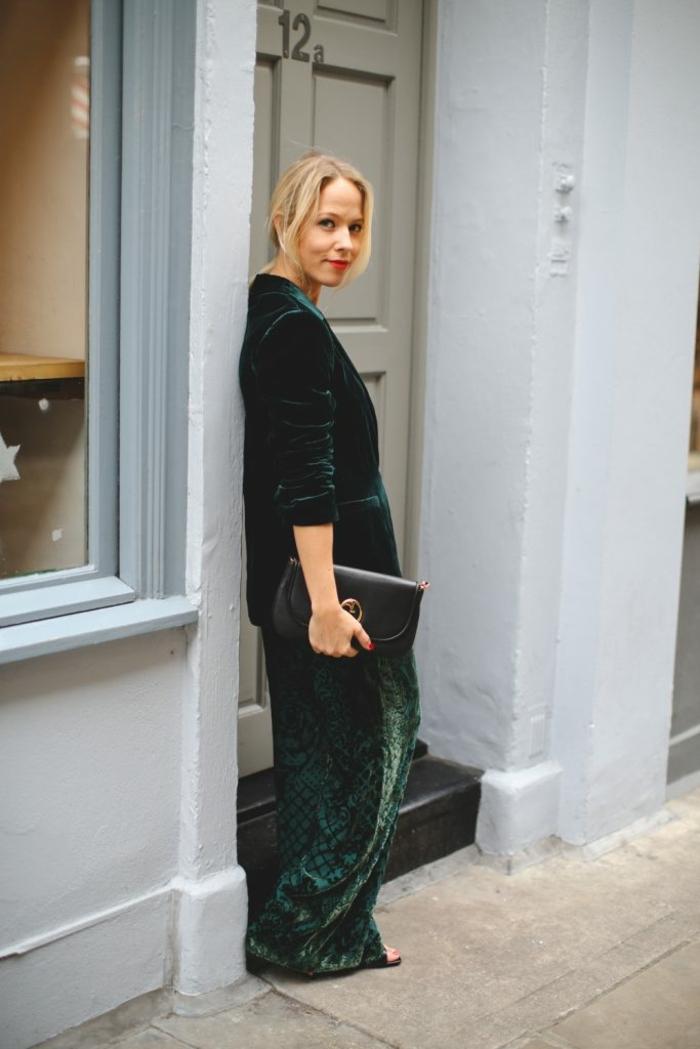 outfit elegante para una cena de Nochevieja, pantalones color verde con estampado floral, chaqueta de terciopelo verde
