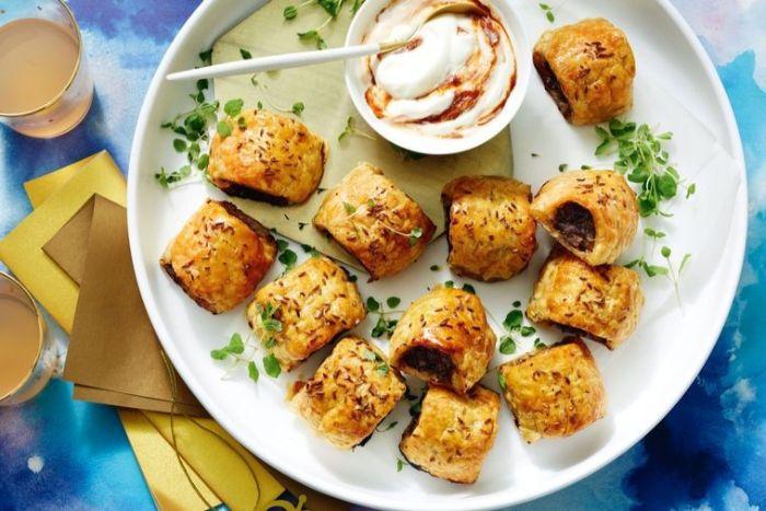 mini empanadas con salchichas y salsa con yogur, ideas de picoteo para pequeños y adultos, comidas fáciles y rápidas