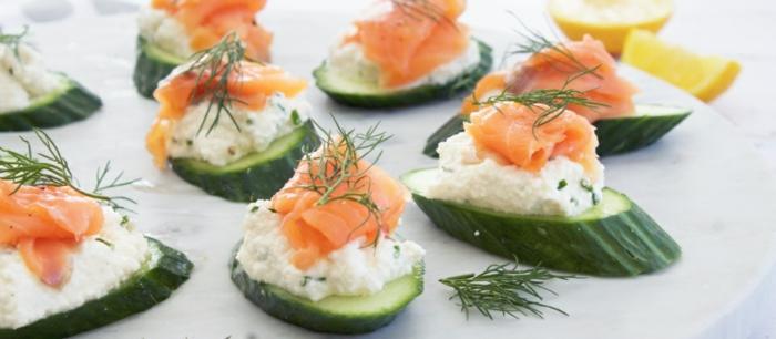canapés de pepinos con queso fresco y salmón ahumado adornados de enaldo, ideas de bocados ricos vegetarianos