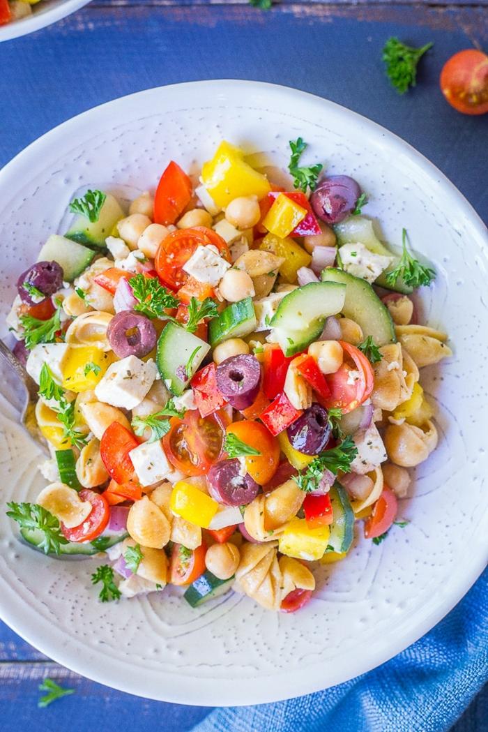 cenas rapidas para niños y saludables, ensalada con garbanzos, aceitunas negras, pepinos, pimientos amarillos y rojos