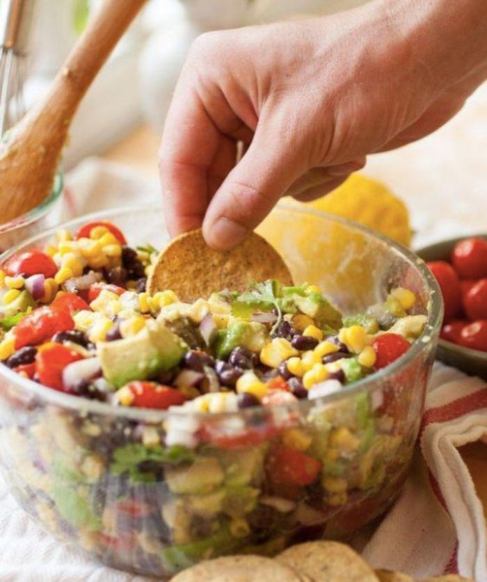 ensalada con maiz, aguacate, frijoles negros y nachos, aperitivos espectaculares y faciles para tus invitados, originales ideas de comidas
