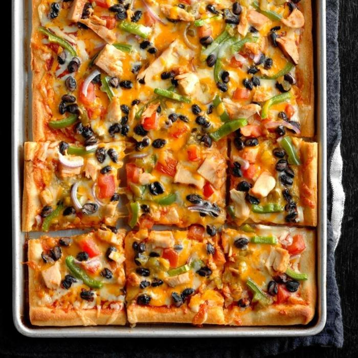 canapes para nochevieja super fáciles de hacer, pizza casera con pollo, pimientos verdes, judías negras y salsas