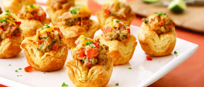 mini empanadas de hojaldre con carne picada y verduras, canapes para nochevieja originales y ricos, ideas de recetas para navidad