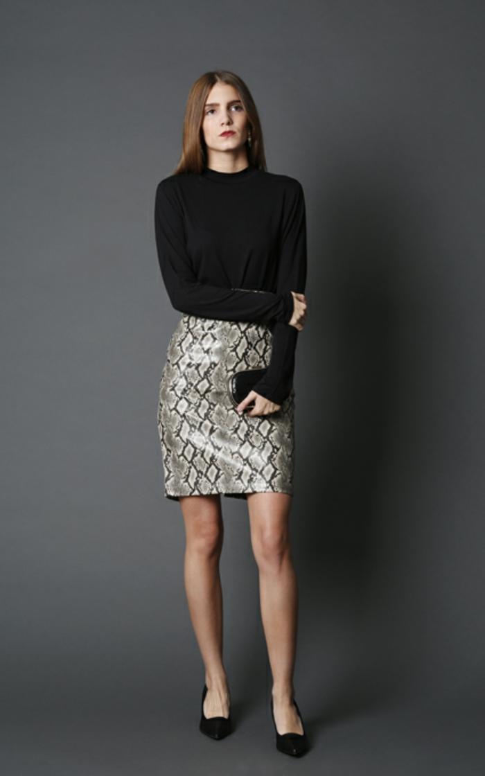 outfit moderno y fresco, mini falda con estampado animal y blusa elegante en color negro, ideas para outfit nochevieja