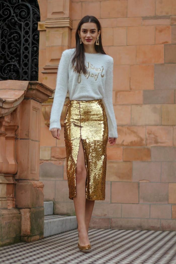 fantásticas propuestas para un outfit nochevieja, falda larga con grande hendidura y jersey blanco con detalles en dorado