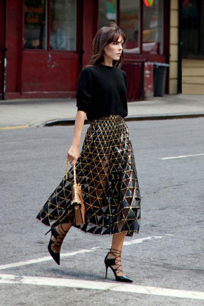 look para Nochevieja glamoroso con una falda semitransparente y una blusa de mangas cortas, accesorios sofisticados