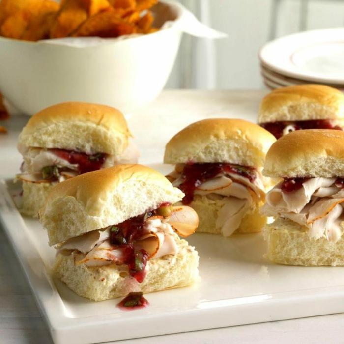 mini hamburguesas con panecillos, jamón y salsa roja, ideas de canapes para nochevieja originales y ricos para las fiestas