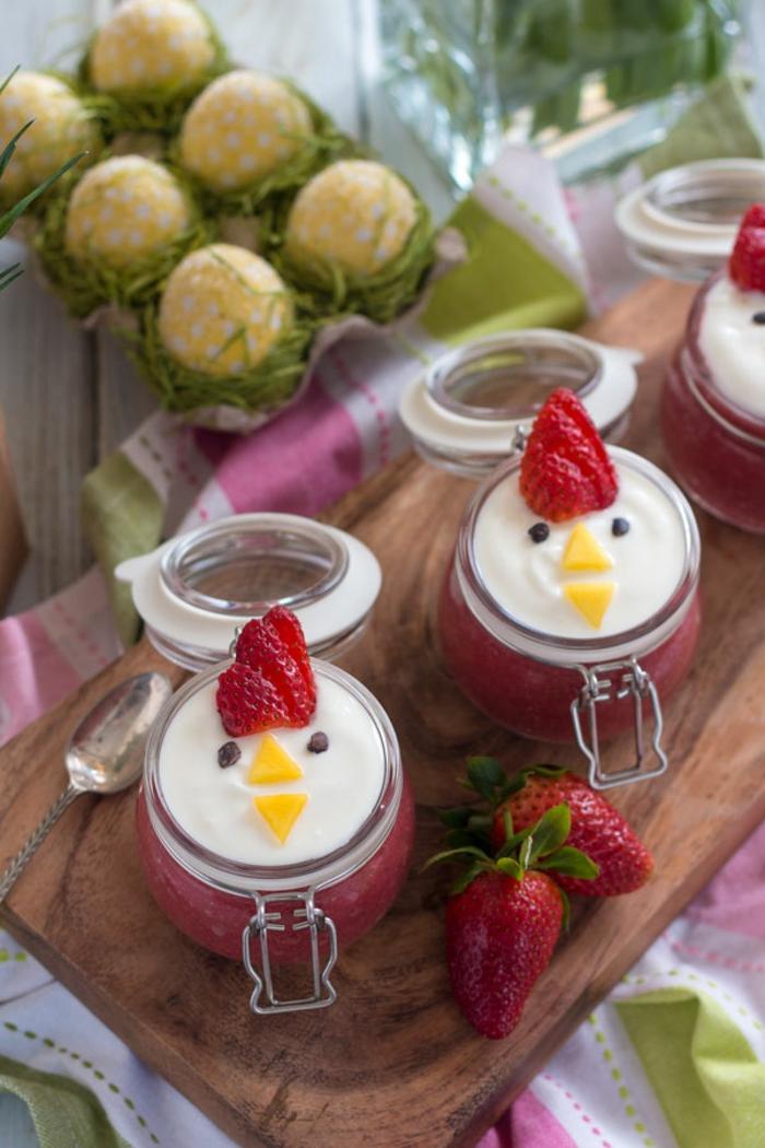 frascos de batido de fresas con yogur griego y decoración, ideas de comidas divertidas para los pequeños, fotos de comidas