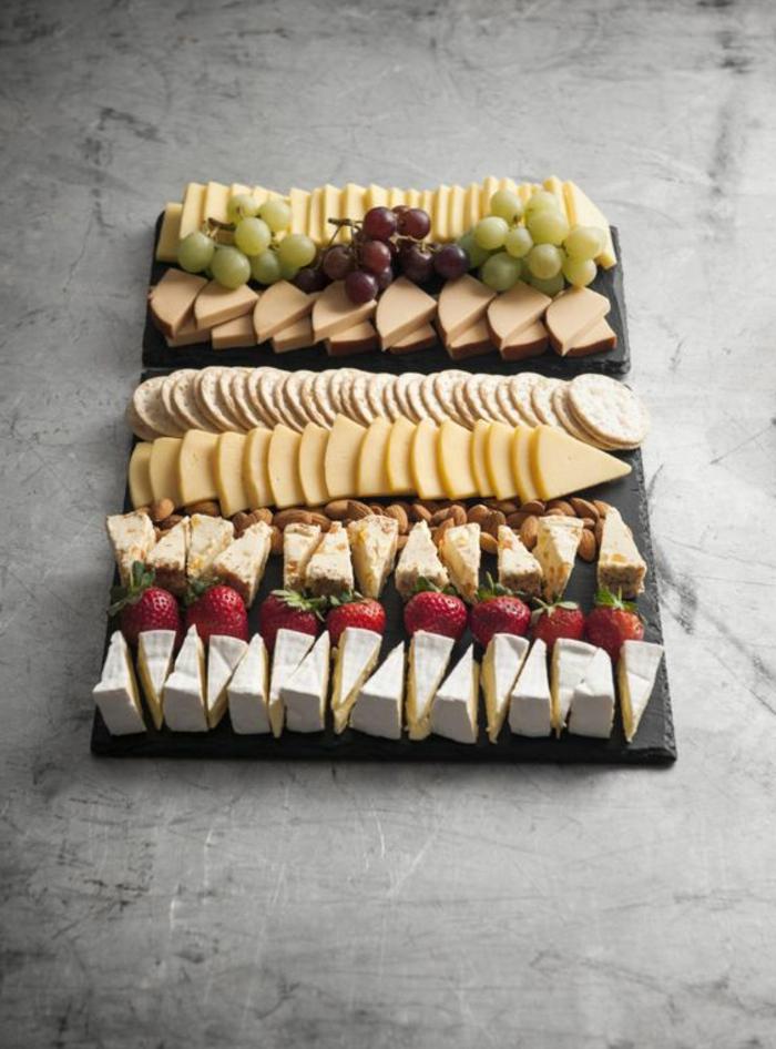 plato de antipasti con quesos franceses, galletas saladas y uvas, queso bris, queso amarillo, ideas de platos para compartir