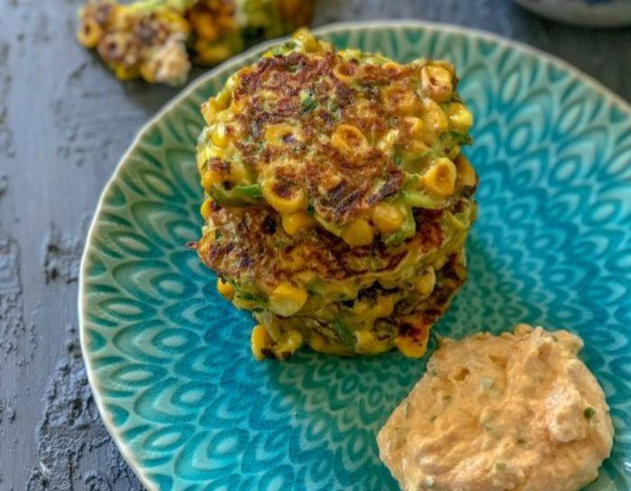 tortitas de maiz, espinacas y huevos y ensaladilla, originales ideas de aperitivos espectaculares y faciles, fotos de comidas