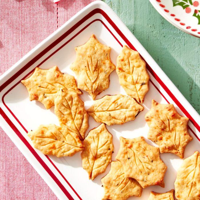 galletas saladas en forma de hojas de árbol para una cena otoñal, ideas de entrantes fáciles y rápidos para preparar