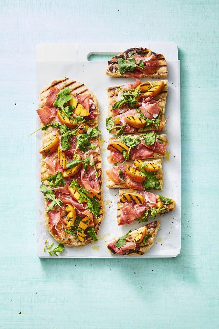 pizzas con pan tostado, jamón, mango y rúcola, ideas de aperitivos faciles y elegantes en imágenes, bontias ideas de comidas