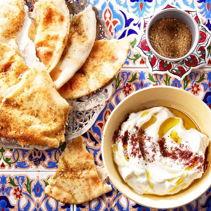 pan árabe con hummus casero, recetas fáciles y rápidas para tus invitados, originales ideas de aperitivos para cumpleaños