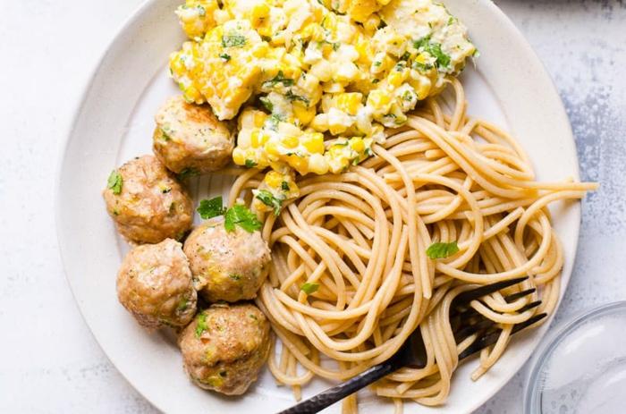 espaguetis con albóndigas ricas y saludables y maiz con salsa de mayonesa y perejil, cenas rapidas para niños en fotos