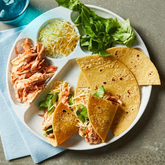 tacos con mariscos con queso rallado y lechuga, cenas rapidas para niños y adultos, ideas de platos saludables y deliciosos