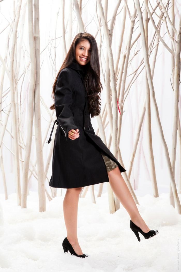 abrigo negro y tacones altos negros, look nochevieja impecable, ideas sobre peinados y prendas para una apariencia bonita