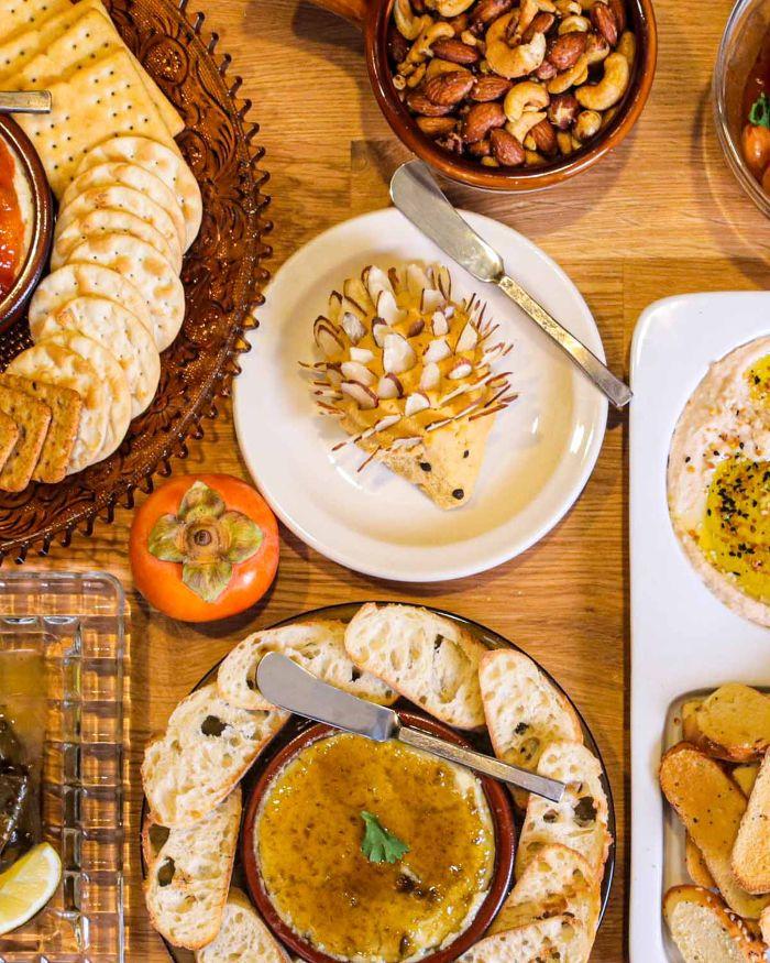 como preparar originales entrantes para tus invitados, mesa con aperitivos temáticos para una cena en otoño, aperitivos para Halloween