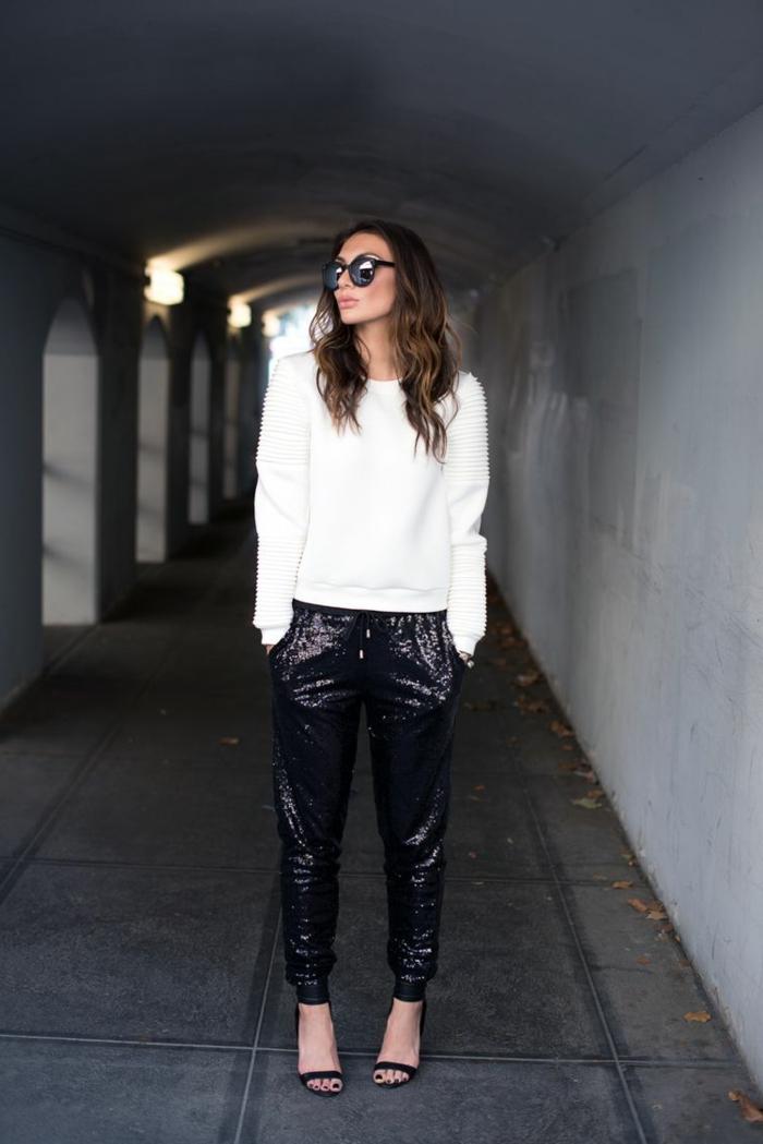 pantalón pitillo con brillo color negro combinado con jersey color blanco y sandalias en tacón alto, prendas para combinar en una fiesta