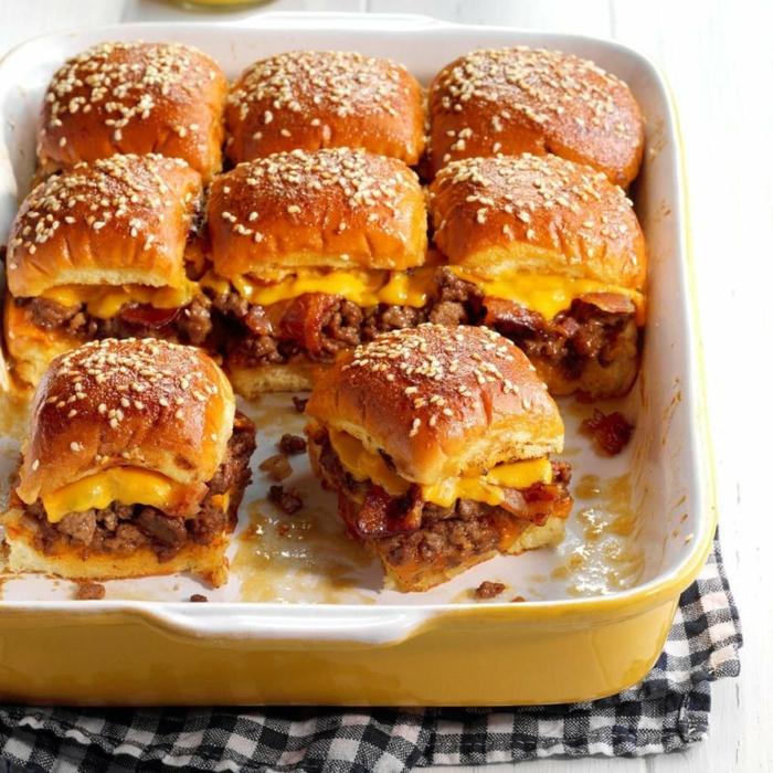 entrantes navidad super apetitosos, panecillos con semillas de sésamo rellenos de carne picada y queso amarillo