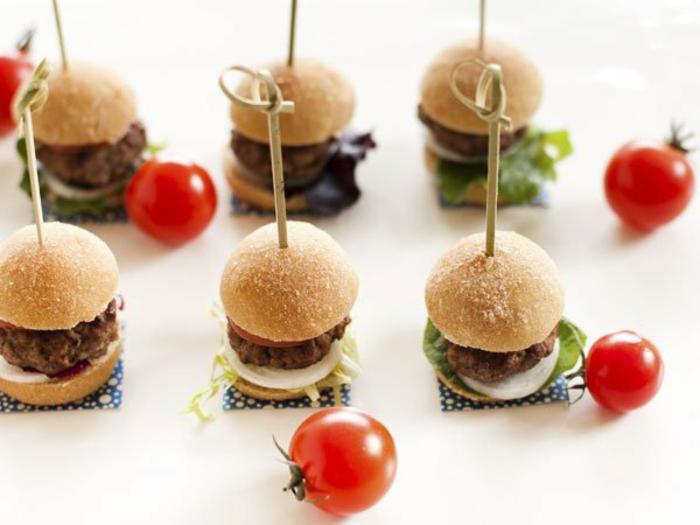 pinchos con mini hmburguesas, pinchos con queso mozzarella y hamburguesas, las mejores recetas de entrantes nochevieja