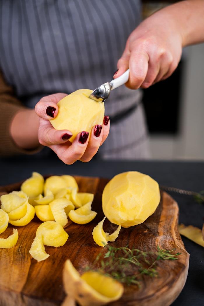 pasos para preparar papas volcan en casa, cortar la papa en la mitad y tallar un hueco, originales ideas de recetas con papas