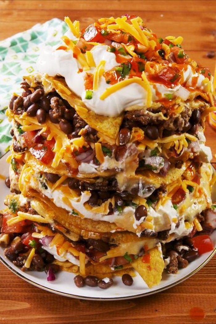 las mejores ideas de comidas para fiestas, nachos con queso rallado, vegetales y judías negros, ideas de comidas