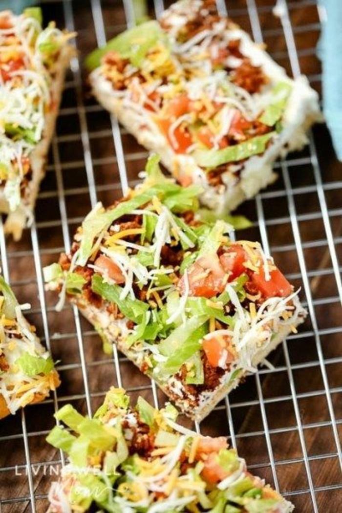 pizza casera con panes, queso rallado, lechuga, tomates y carne picada, recetas faciles y rapidas para comer en casa