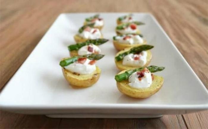 barcos de tomates con yogur griego y espárragos, entrantes navidad sofisticados y deliciosos, ideas de aperitivos