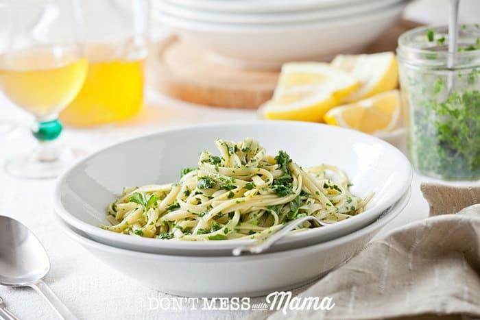 pasta casera con pesto, ideas de platos vegetarianos para pequeños y adultos, recetas faciles y rapidas para comer