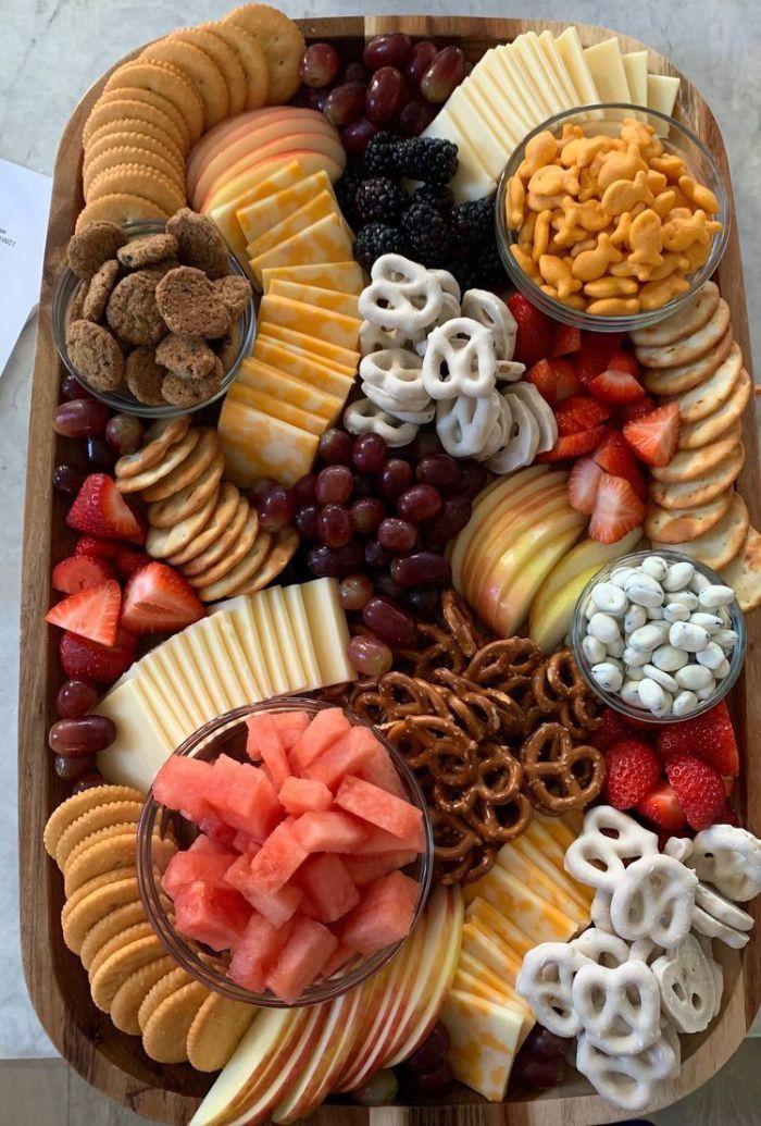 tabla con aperitivos dulces y salados, originales ideas de recetas para una fiesta con amgios, comidas fáciles y rápidos