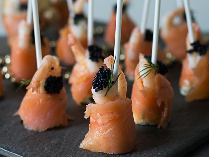 pinchos con salmón ahumado, propuestas de canapes faciles y vistosos para cenas con amigos, pinchos para cocteles