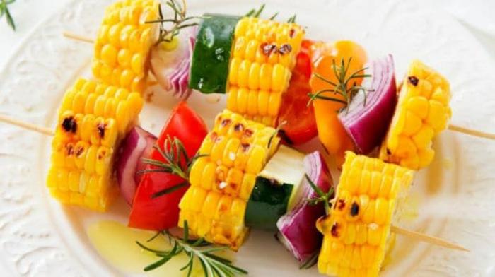 pinchos ricos y saludables con maiz, tomates, pimientos, cebolla roja, calabacines y romero fresco, pinchos para hacer en casa