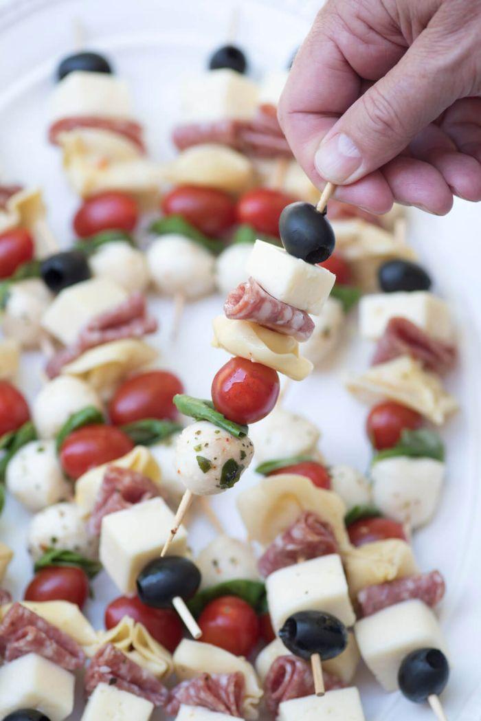 pinchos fáciles y originales, pincho con aperitivos italianos, bolas de queso mozzarella, aceitunas negras, albahacas, chorizo