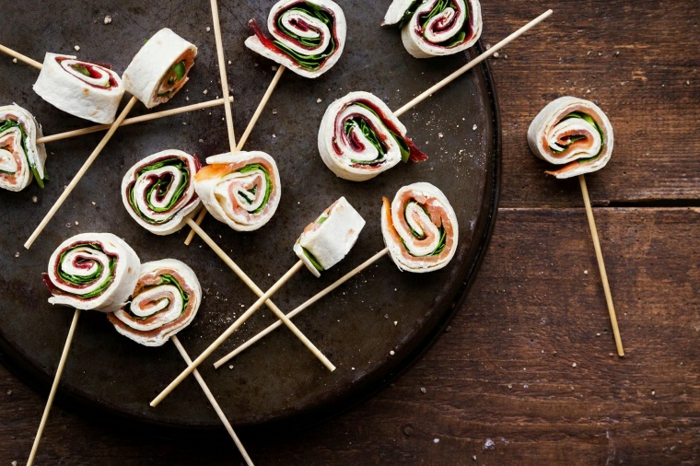 pinchos con rollos de tortillas y vegetales, originales ideas de comidas para cenas y fiestas, tortillas con vegetales y jamón