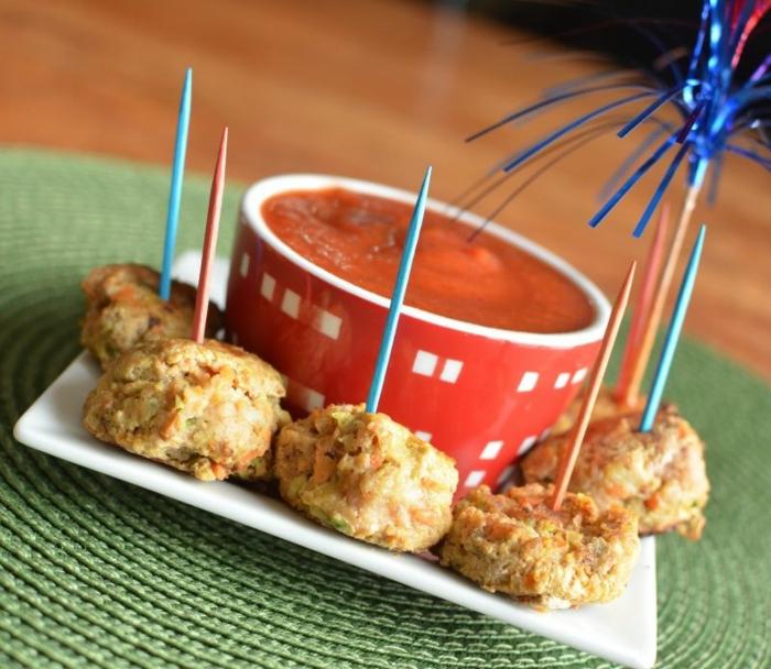 albondigas vegetarianos saludables, salsa casera marinara, pinchos y aperitivos para una fiesta de cumpleaños infantil