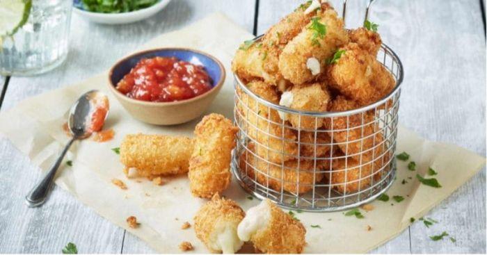 croquetas de queso cottage super fáciles de hacer y salsa de tomates, comidas mediterráneas típicas y fáciles de preparar