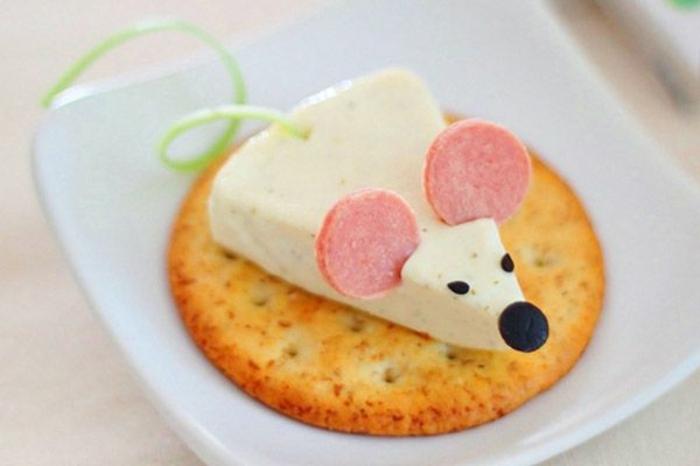 comidas ricas y faciles de hacer presentadas de una manera divertida, galleta salada con trozo de queso y chorizo