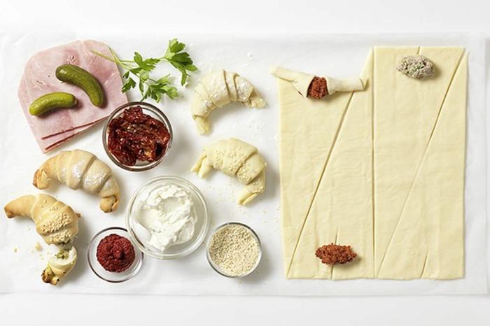 como hacer empanadas para Nochevieja con pepinos, lonchas de jamon, tomates secados al sol, crema de queso y masa de hojaldre