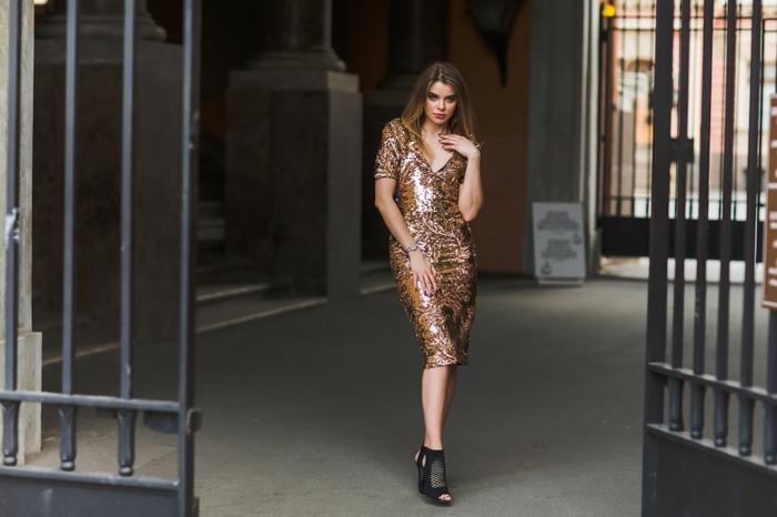 precioso ejemplo de vestido para una fiesta de Nochevieja, vestido midi en color cobrizo con brillo y lentejuelas